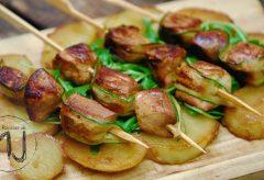 Brochetas de pollo marinado con patatas