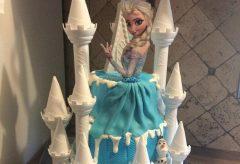 Decoración de un pastel con tema de Frozen