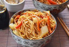 Preparar unos fideos chinos con verduras
